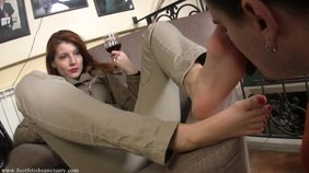 Redheaded chick forces her boyfriend to suck on those toes